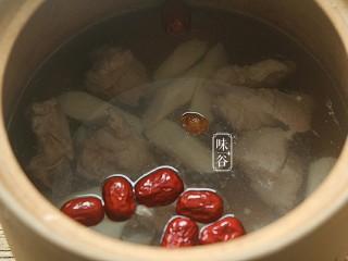 山药枸杞尾龙骨汤,加大约2L清水,盖上盖子,大火烧开后小火煲1个半小时。