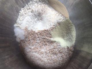 超柔软全麦吐司,除黄油外的其他材料放入盆中混合成团