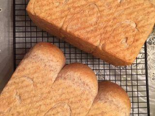 超柔软全麦吐司,送入预热180度的烤箱,下层,烘烤约40分钟,上色后注意加盖锡纸。 烤好的吐司取出后震模,然后将吐司倒在晾网上放凉至手温,装袋。