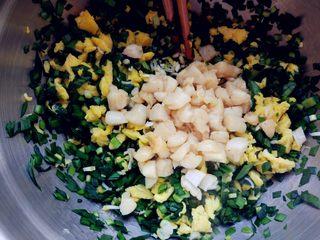 扇贝韭菜盒子,将扇贝丁用少许盐/料酒/生抽抓匀,入不粘锅中,小火用少许油煎一下,然后连油和扇贝丁一起倒入韭菜和鸡蛋中拌匀