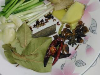 #芦笋排骨#(创建于30/4~2017),葱姜蒜、花椒、八角、柱皮、香叶、辣椒备好。