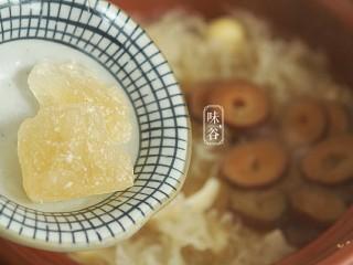 莲子百合薏米银耳羹,最后15分钟加入冰糖炖至溶化。