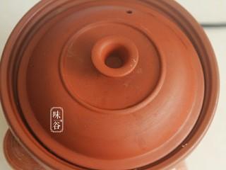 莲子百合薏米银耳羹,盖上锅盖,炖煮2小时。