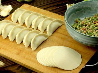 猪肉卷心菜煎饺,将和好的馅料包成煎饺形状备用