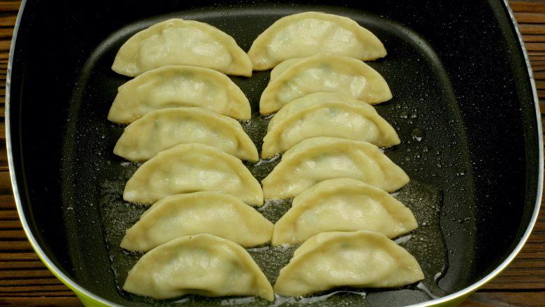 猪肉卷心菜煎饺,开盖后待水分充分蒸发后捡出摆盘即可食用!
