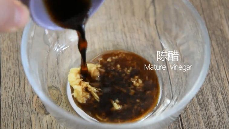 没有螃蟹的赛螃蟹,孙红雷最爱吃的菜!,倒入一茶匙姜末、陈醋一勺、糖1.5茶匙拌匀