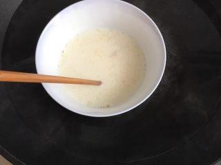 樱花慕斯,白砂糖和吉利丁粉加入牛奶隔水化开