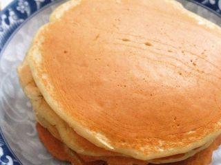 #健康減脂早餐#無油香蕉松餅(超簡單),OK,開吃^ ^ 軟軟的,濃濃香蕉味~