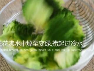 西兰花这样做健康又美味,减肥抗癌两不误!,西兰花沸水中焯至变绿,捞起过冷水