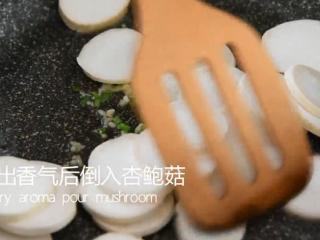 西兰花这样做健康又美味,减肥抗癌两不误!,炒出香气后倒入杏鲍菇