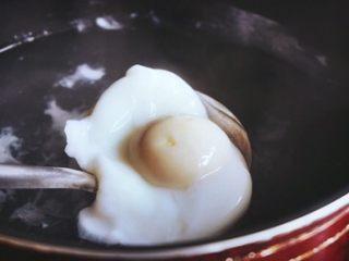 班尼迪克蛋 (brunch之选),用漏勺捞出备用