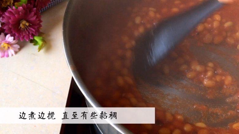 《茄汁黄豆》,边煮边搅拌 直至有些黏稠