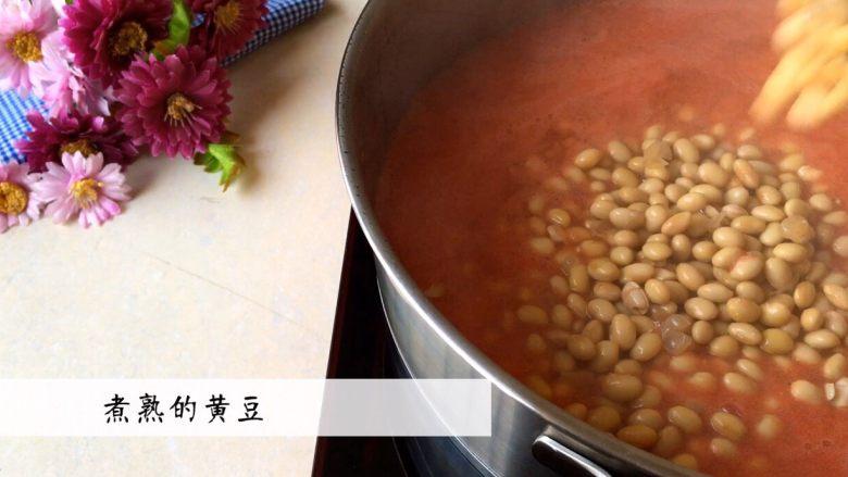 《茄汁黄豆》,倒入煮熟的黄豆