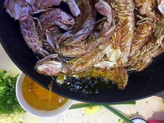 椒盐皮皮虾(虾蛄),炸至皮皮虾壳有点酥酥的感觉就可以,然后沥出多余的油,余油可以留着下次烧鱼之类的腥菜;