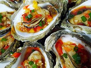 水蒸海蛎子+#人民的美食#,一个个淋好,最后撒葱花即可开吃吧