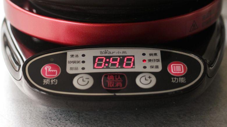 腊肠煲仔饭,选择煲仔饭,启动确认键就可以了。