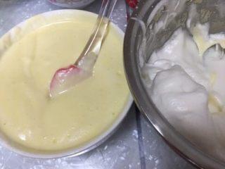 蔓越莓酸奶蛋糕,搅拌均匀,把蛋黄液在倒回打发的蛋白盆中,继续搅拌均匀。(这时候烤箱预热,最下面一层放入托盘里面倒上水)