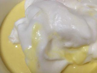 蔓越莓酸奶蛋糕,三分之一蛋白放入蛋黄液中。