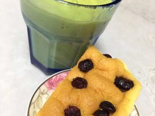 蔓越莓酸奶蛋糕,倒上一杯水果奶昔配上蛋糕美美哒下午茶开始了。*^_^*(我打的牛油果香蕉奶昔)