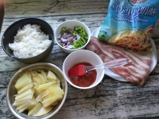 平底锅披萨(土豆米饭),准备所有食材,然后土豆切片放碗里。