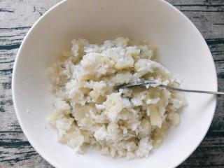平底锅披萨(土豆米饭),加入米饭,加入盐。搅拌和匀。