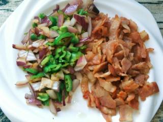 平底锅披萨(土豆米饭),培根切碎,洋葱,辣椒,煎炒后装盘备用。