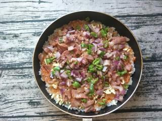 平底锅披萨(土豆米饭),再铺上刚刚炒好的,洋葱,培根,辣椒。