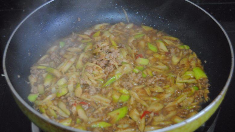 金笋肉酱拌面,加入清水和盐大火煮至剩一半汁水即可