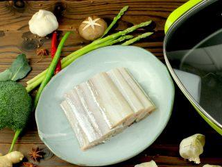 红烧带鱼,所需食材,先将带鱼洗净切两寸长段备用!