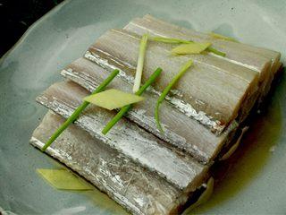 红烧带鱼,葱姜切片加盐料酒将带鱼腌味十分钟!备用!
