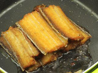 红烧带鱼,烹料酒去腥