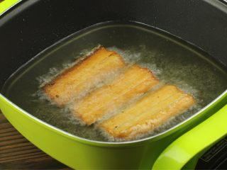 红烧带鱼,锅内烧热油至七成热,下带鱼炸制金黄色