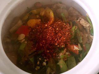 香辣肥肠锅,盛出后加辣椒粉拌匀后就可以吃了