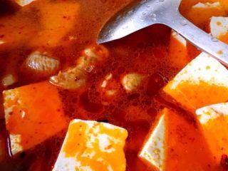 香辣肥肠锅,加水 中火煮40到50分钟