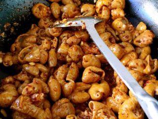 香辣肥肠锅,此时加辣酱酱或豆瓣酱或韩式辣酱或水煮牛肉酱料包… 翻炒加生抽