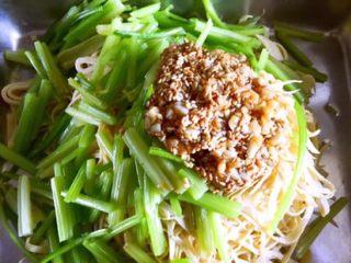 凉拌香芹干豆腐………凉拌菜夏季伴侣,将调味料倒入香芹及干豆腐丝上