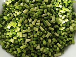 蒜苔炒鸡蛋打卤面(菜),蒜苔切丁备用