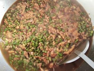 蒜苔炒鸡蛋打卤面(菜),加入适量的水翻炒一会,就可以出锅了