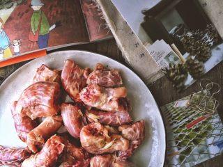 媲美周黑鸭的 香辣卤鸡脖,剁成小块 中间切几个口(方便入味)