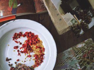 媲美周黑鸭的 香辣卤鸡脖,取花椒麻椒各十粒左右 干辣椒切碎