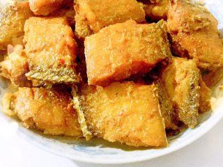 香煎带鱼,最后加点鸡精翻炒一下就可以出锅啦!
