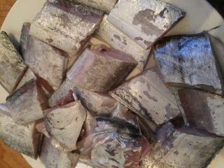 香煎带鱼,带鱼去除内脏洗净,撒点盐腌制15-20分钟