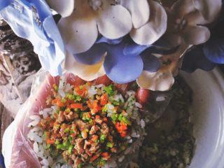 营养低脂 美貌便当 西兰花饭团🍙,放入馅料