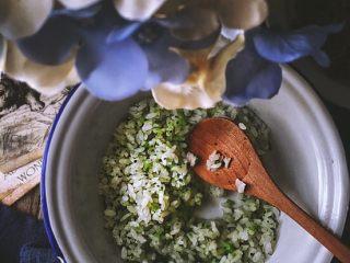 营养低脂 美貌便当 西兰花饭团🍙,拌匀备用
