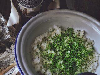 营养低脂 美貌便当 西兰花饭团🍙,取三分之一放入米饭中 一起蒸一会  (为了蒸熟西兰花碎 顺便热一热米饭 看到西兰花碎变的更绿即可)