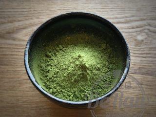 原创 | 抹茶拿铁,将抹茶粉倒入容器。