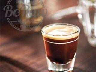 原创 | 抹茶拿铁,用1shot espresso 均匀溶解15g抹茶粉。