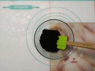 免烤快手高颜值的甜点——火龙果慕斯蛋糕 ,加入饼干碎用刮刀拌匀。