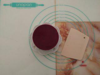 免烤快手高颜值的甜点——火龙果慕斯蛋糕 ,取出凝固好的慕斯,放在比模具小的杯子或瓶子上,用热毛巾敷四周就可以顺利脱模。底部用刮板辅助脱模,一个漂亮的慕斯蛋糕就顺利完成了。
