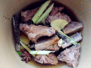 蒜香排骨,将除老抽和蜂蜜外的其他材料一起倒入电压力锅中,加适量水,启动肉类程序,大约30分钟左右即可